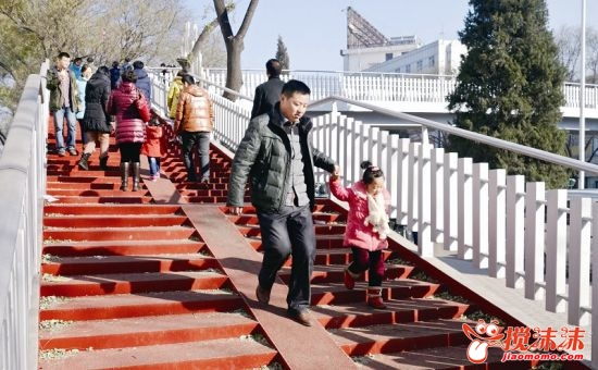 西宁市长青小学过街天桥即将开放,以确保过往学生与行人安全 西宁资图片