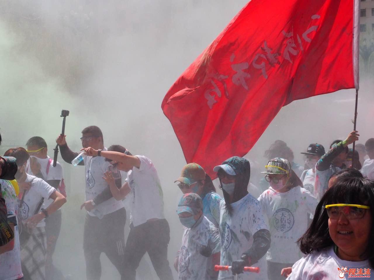 """西宁""""彩色跑""""在西宁市海湖体育中心开跑,来自该市的近千名市民踊图片"""