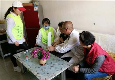 西宁南山西社区一老人照顾脑瘫女儿25年 志愿者上门相助