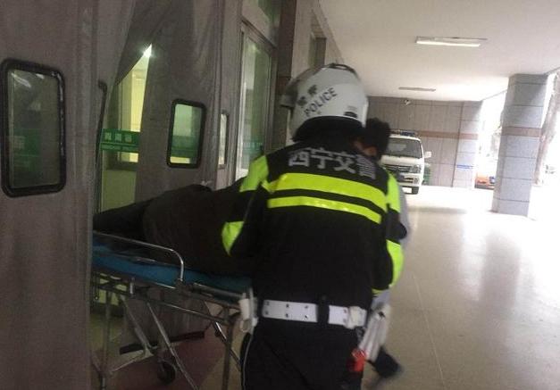 暖心!西宁一男子街头晕倒,市民交警伸出援手……