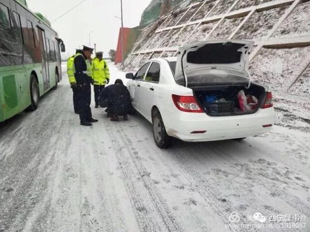 西宁至兰州路段大雪引发交通事故,过往车辆注