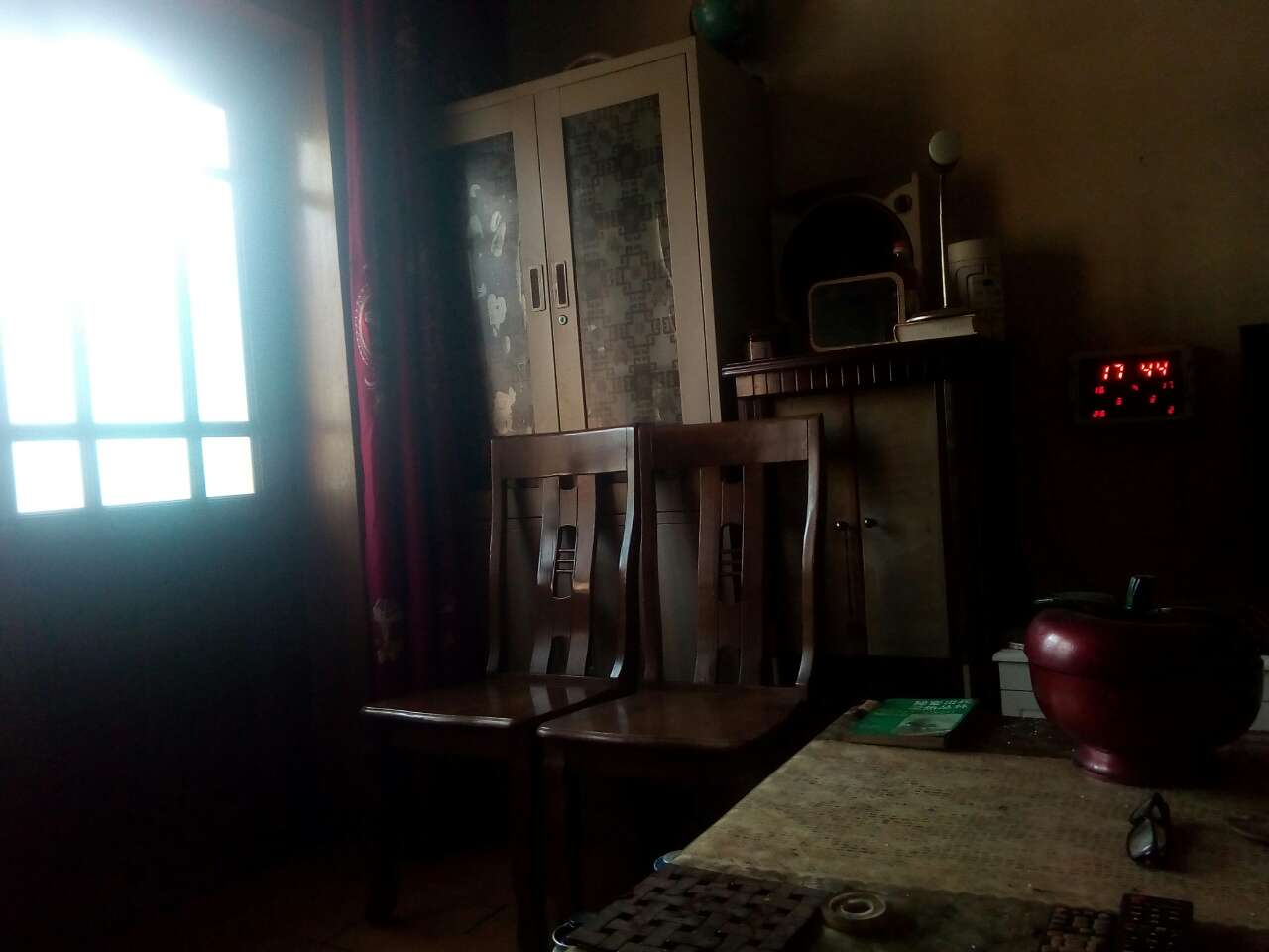 清晨阳光洒进室内