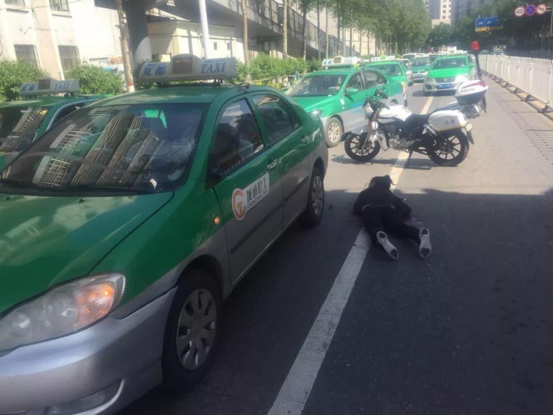 西宁市七一路省委路口拥堵交警及时救人又治堵