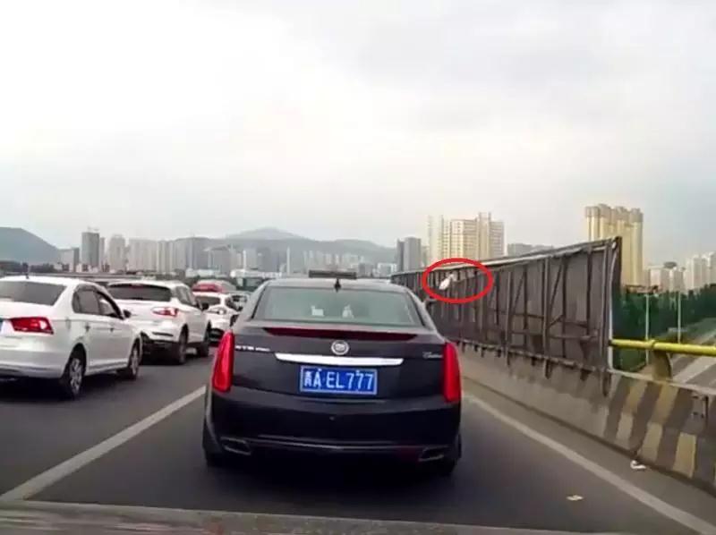 不能忍!西宁一出租车司机竟在车上做这样的事…
