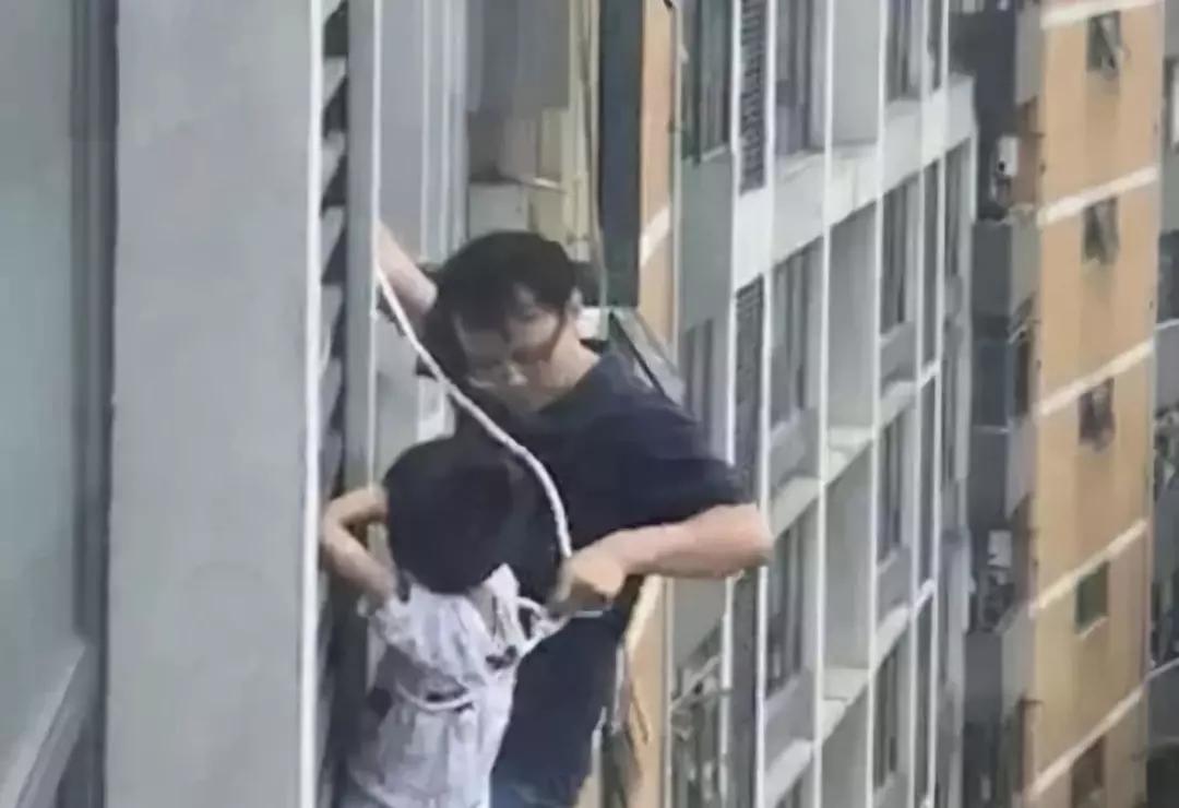 这就是父爱!男孩悬在七楼窗外,爸爸一个举动让人心惊肉跳