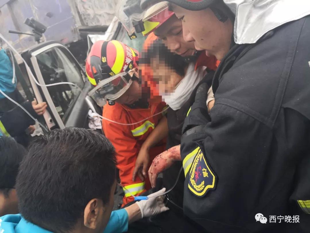 车头撞碎,青海民小公路两车相撞...