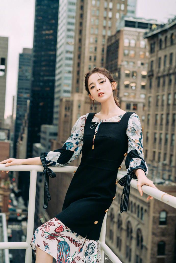 古力娜扎写真大片来袭,一袭黑色方领背带裙内衬印花长裙,太美啦!