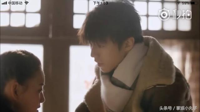 王俊凯《天坑猎鹰》直男式擦眼泪,网友:把眼泪抹人家毛领上了啊