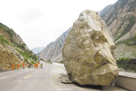 西宁人开车途中,突然天降巨石,这样的横祸谁担责?