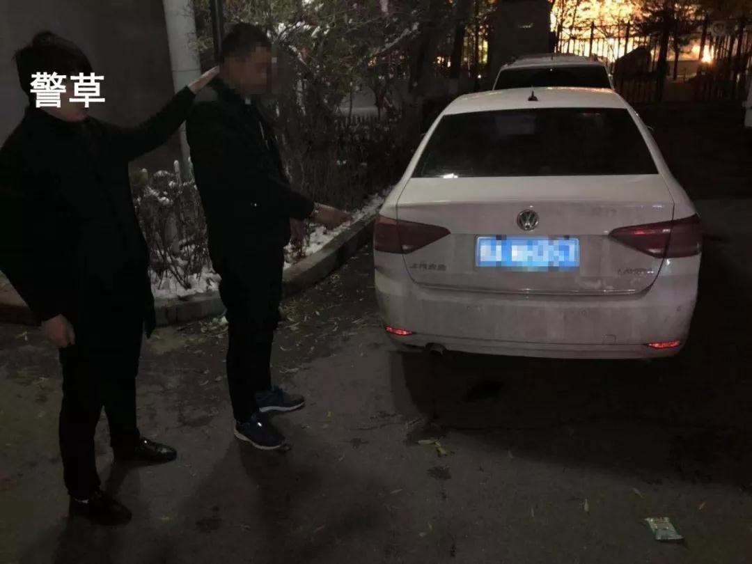 """西宁一""""黑车""""司机疯狂拖行 交警数百米!"""