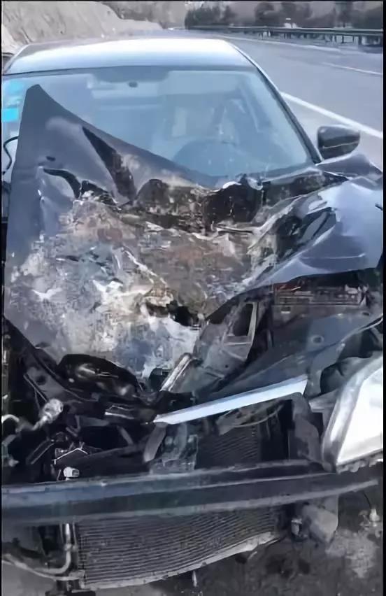 西宁一女子驾车被巨石砸中…