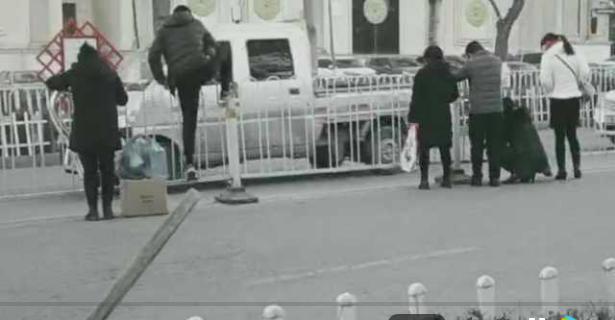 【交通陋习】西宁一女子过马路嫌麻烦,竟徒手把护栏拆了…