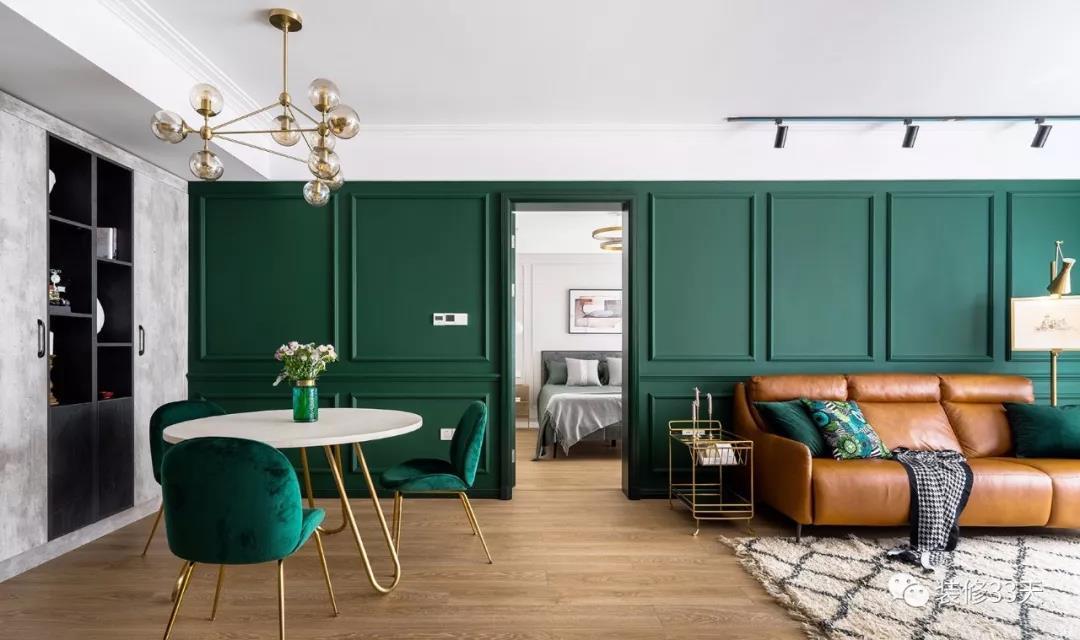 客餐厅定制墨绿色木饰面背景墙,中间隐藏卧室门片