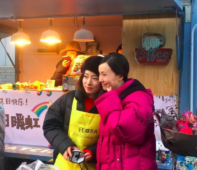徐峥开餐车去剧组为老婆庆生 拉横幅示爱。