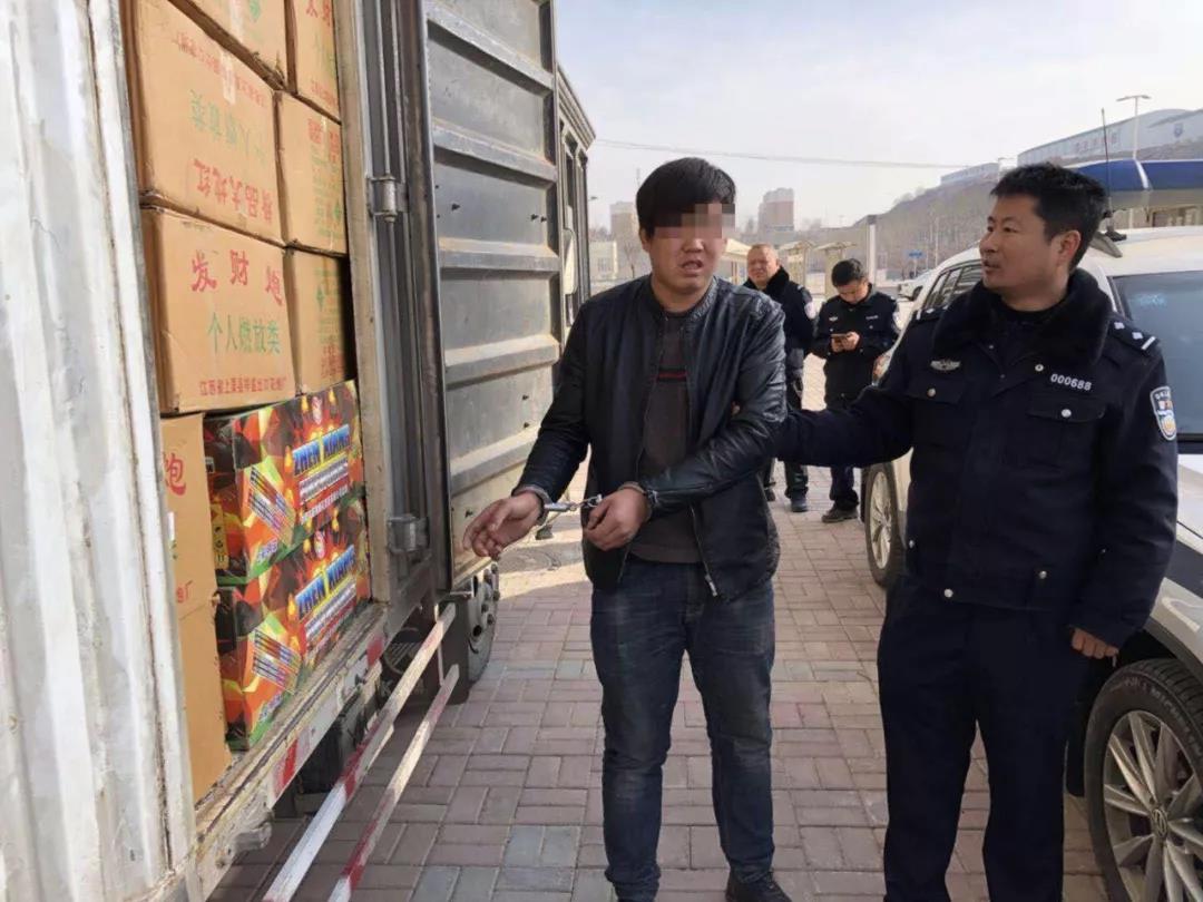 """青海交警查获一车""""炸弹"""",荷载1.6吨,实载4.9吨"""