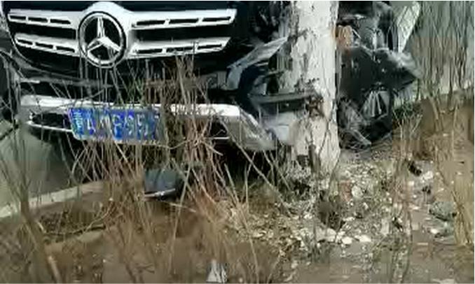 西宁这个奔驰车主出名了!撞坏隔离栏,当街打滚…