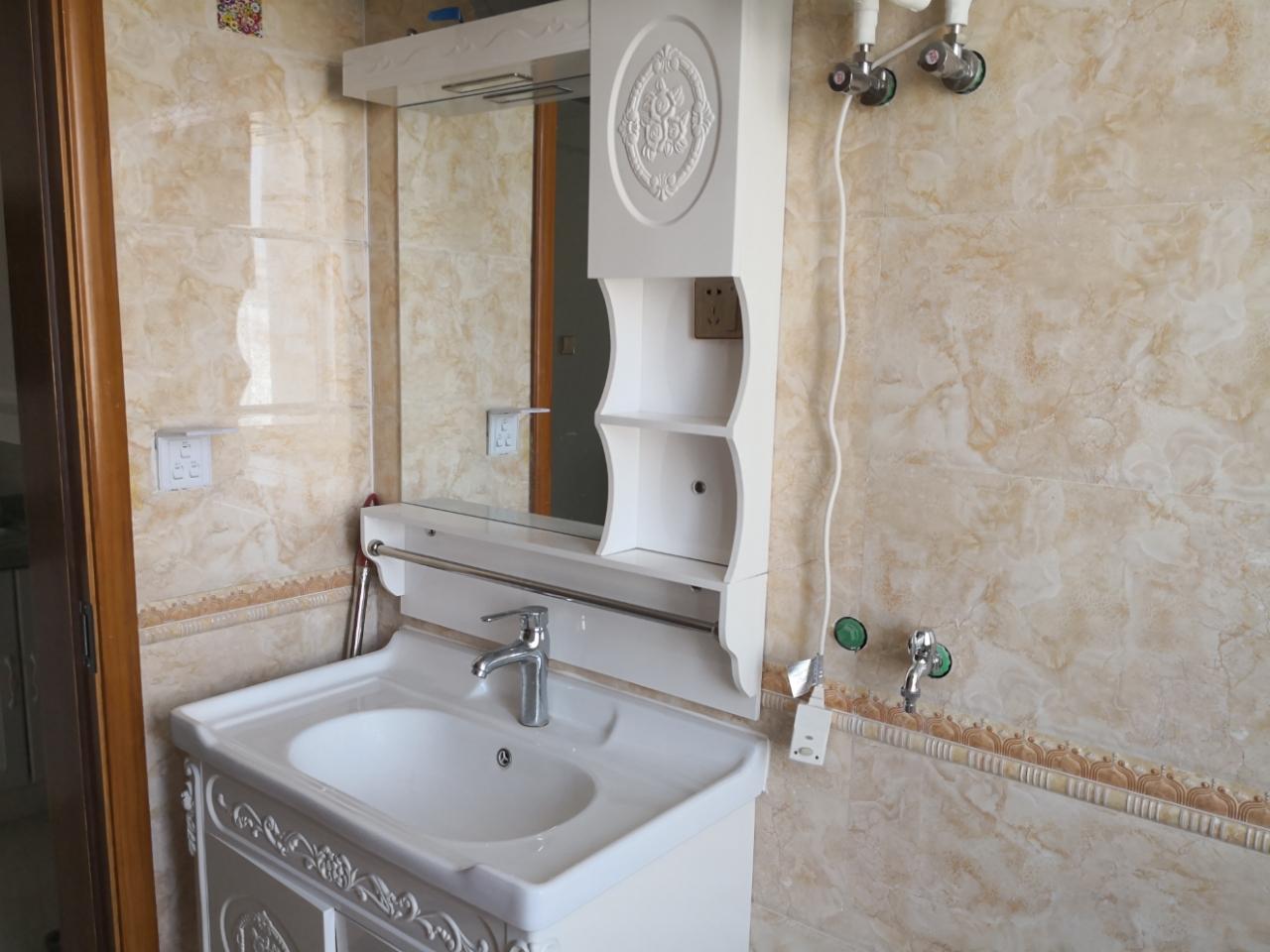 安泰华庭公寓出租48平,精装带家具2200一个月