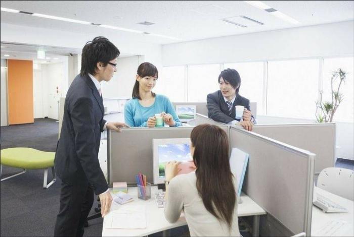 假设你是公司部门经理,看上了公司刚来的男实习生,你会主动吗?