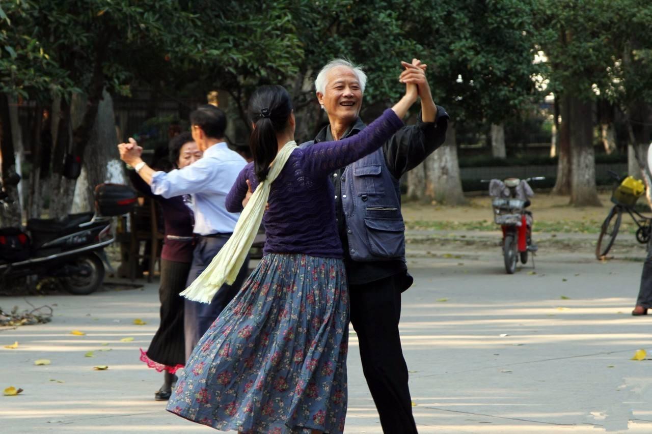 68岁的老爸跳广场舞跳出事来了,请了律师上了法院非要离婚,怎么办?