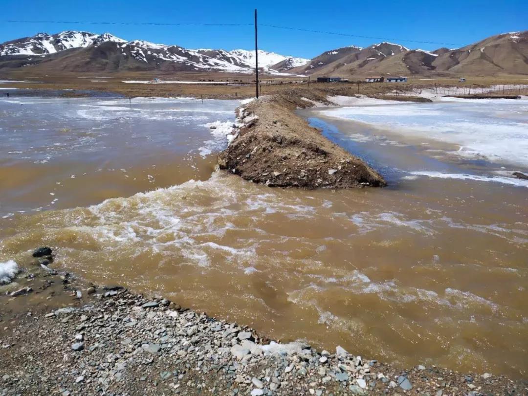 青海多条道路遭遇雪融水患