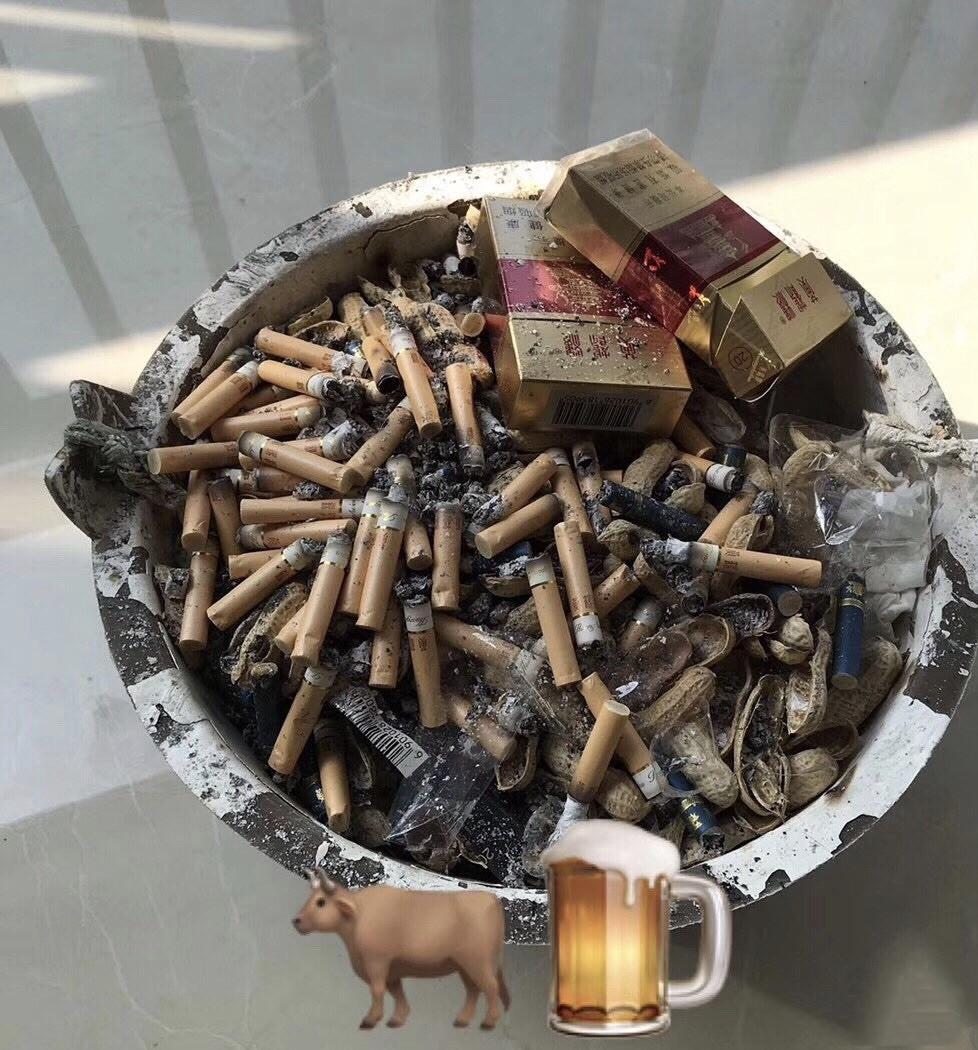 老板办公室的烟灰缸...这肺得黑成什么样了,啧