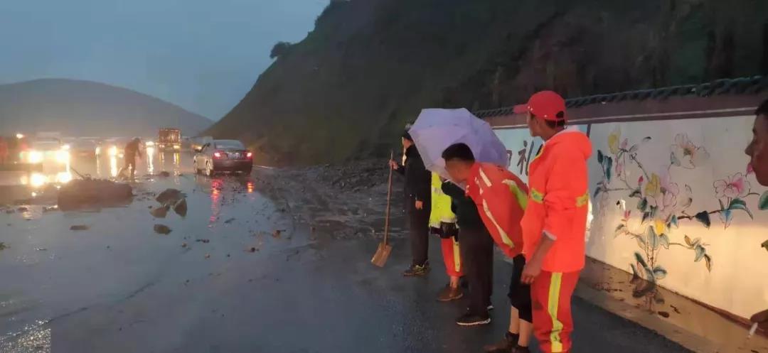 互助县突发泥石流,近百辆车被堵!
